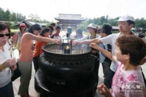 焚香祝祷(图片来源:欧洲希望之声)
