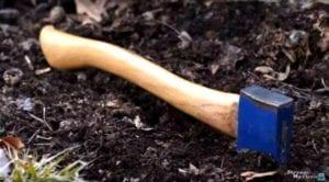 接着,男孩又带大人们来到另外一个掩埋地点,并在那里挖出凶手当年行凶的斧头。