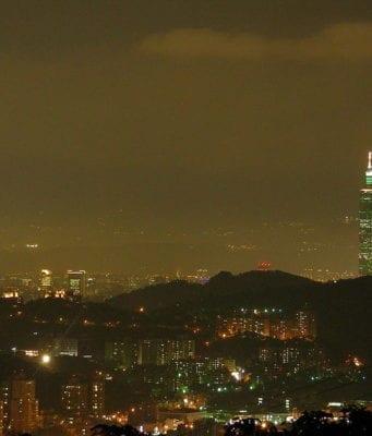 由猫空樟山寺拍摄的台北市夜景(图片来源:维基百科/ Flickr)