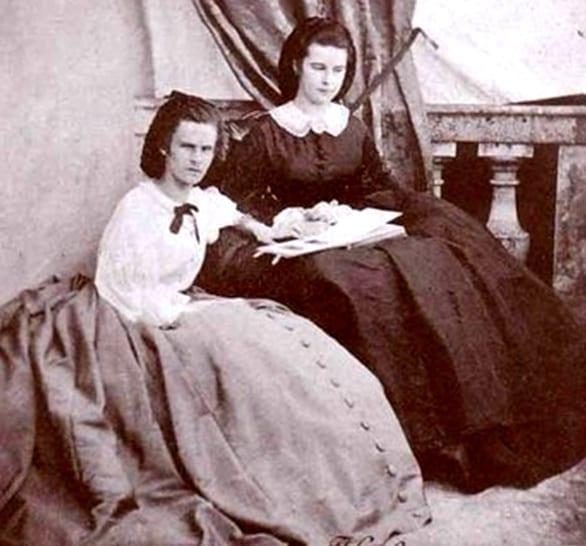 年轻的伊丽莎白(右)和她的姐姐海伦在帕萨霍森城堡(图片来源:维基百科)
