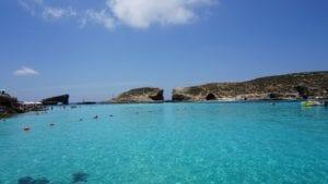 科米诺岛的蓝泻湖,是一个风平浪静的海湾