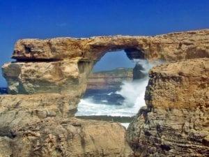 位于马耳他岛西南部的蓝洞,是天然形成的水上洞穴群(图片来源:pixabay)