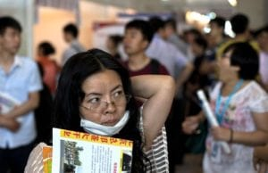 數據顯示,北京、上海、廣州及深圳四大城市對應屆畢業生的需求,今年急降超過三成。(AP)