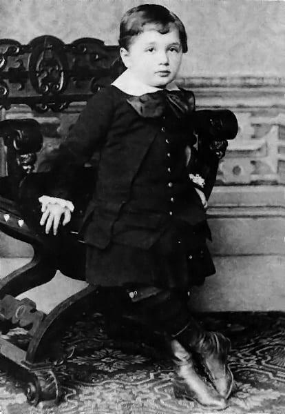 拍摄于1882年,3岁时的爱因斯坦