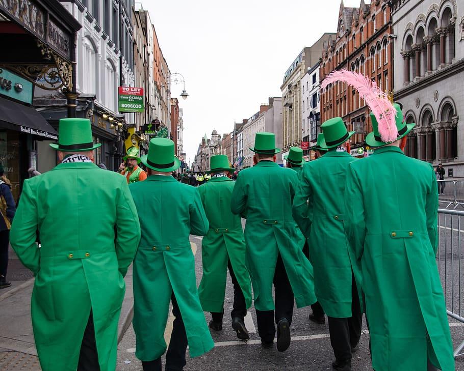 圣帕特里克节的特点,身穿绿衣,头戴绿帽