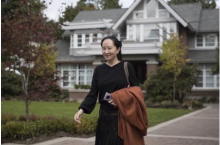 孟晚舟目前在温哥华家中接受软禁,住在温哥华自家豪宅中,还可在市区自由出入,微笑满面地出庭。