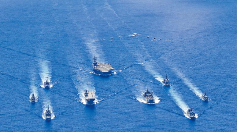 图为7月21日,美军雷根航母打击群和澳、日海军在南海进行联合巡弋(U.S. Navy photo)