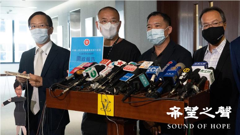 民主派會議召集人胡志偉(右二)批評林鄭押後《施政報告》,是置水深火熱的香港人於不顧,亦表明林鄭進一步淪爲中共的奴才。(鄭銘/SOH)