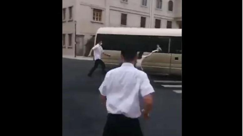 视频显示,习的车辆离开时,一女子突然冲上去。(视频截图)
