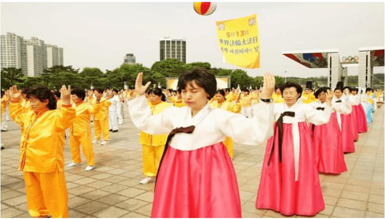 韩国法轮功学员集体炼功,正在炼第二套功法。(大纪元)