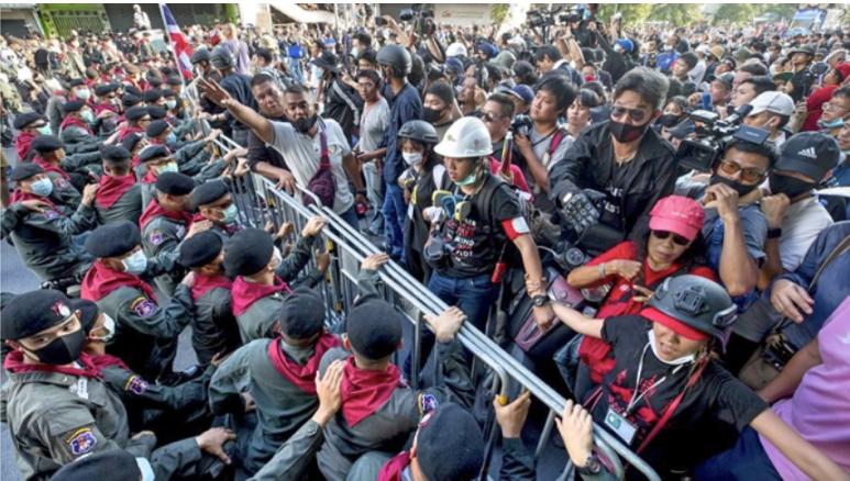 泰国抗议民众昨天游行至总理府外,施压帕拉育下台。(翻摄自推特)