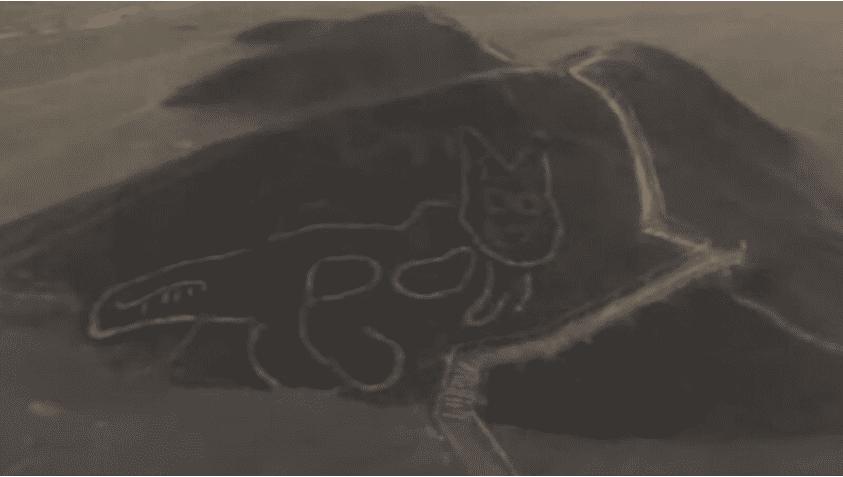 近日,考古学家在秘鲁一处陡地上发现一只巨猫图腾,距今超过2000年。(视频截图)