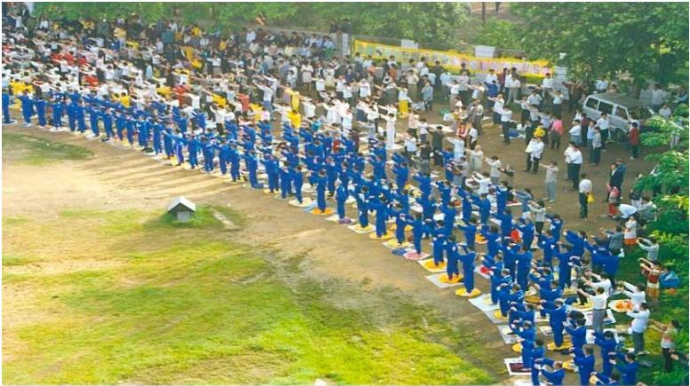 1996年中国武汉法轮功学员集体大炼功场面。(明慧网图片)