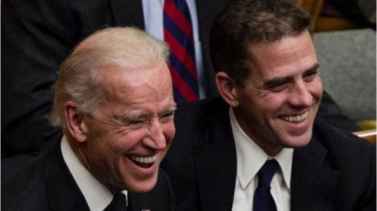 图为民主党总统候选人拜登和儿子亨特。他俩目前正因家族腐败案处于风口浪尖中。(AP)