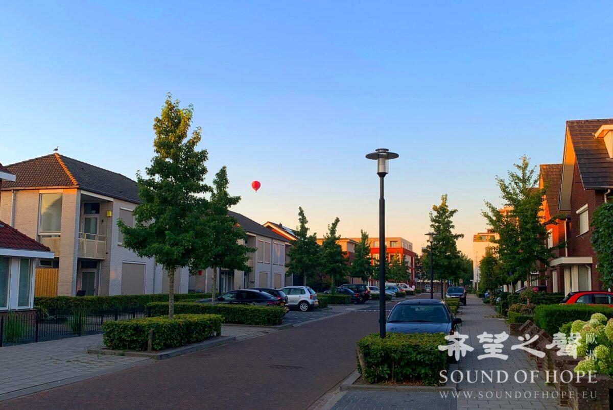 清晨出发Texel岛,邂逅刚起飞的热气球(来源:欧洲希望之声)