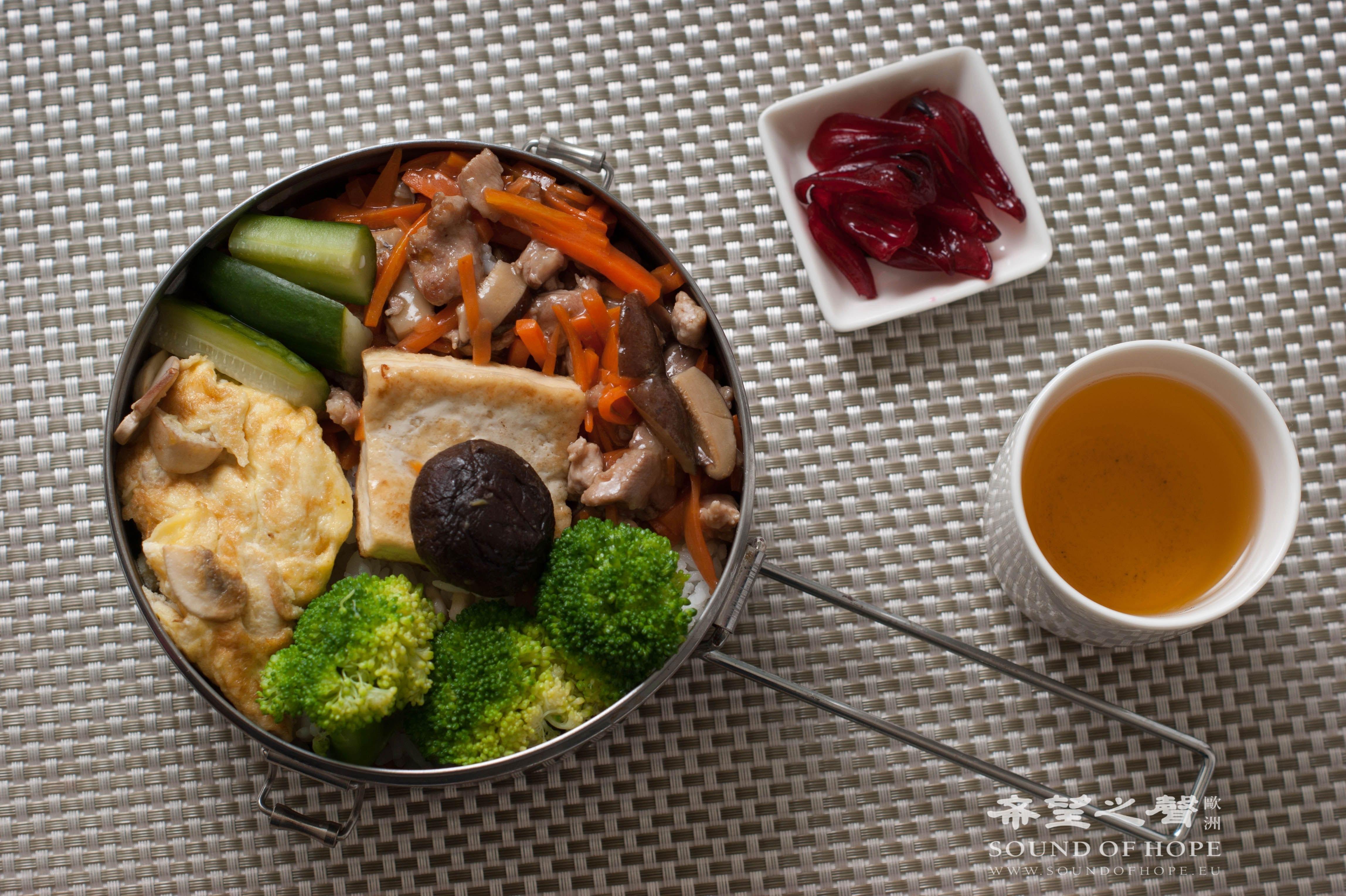 【做便当】蘑菇煎蛋、香菇煎豆腐、洋葱肉丝炒红萝卜。(图片来源:欧洲希望之声 麦克)
