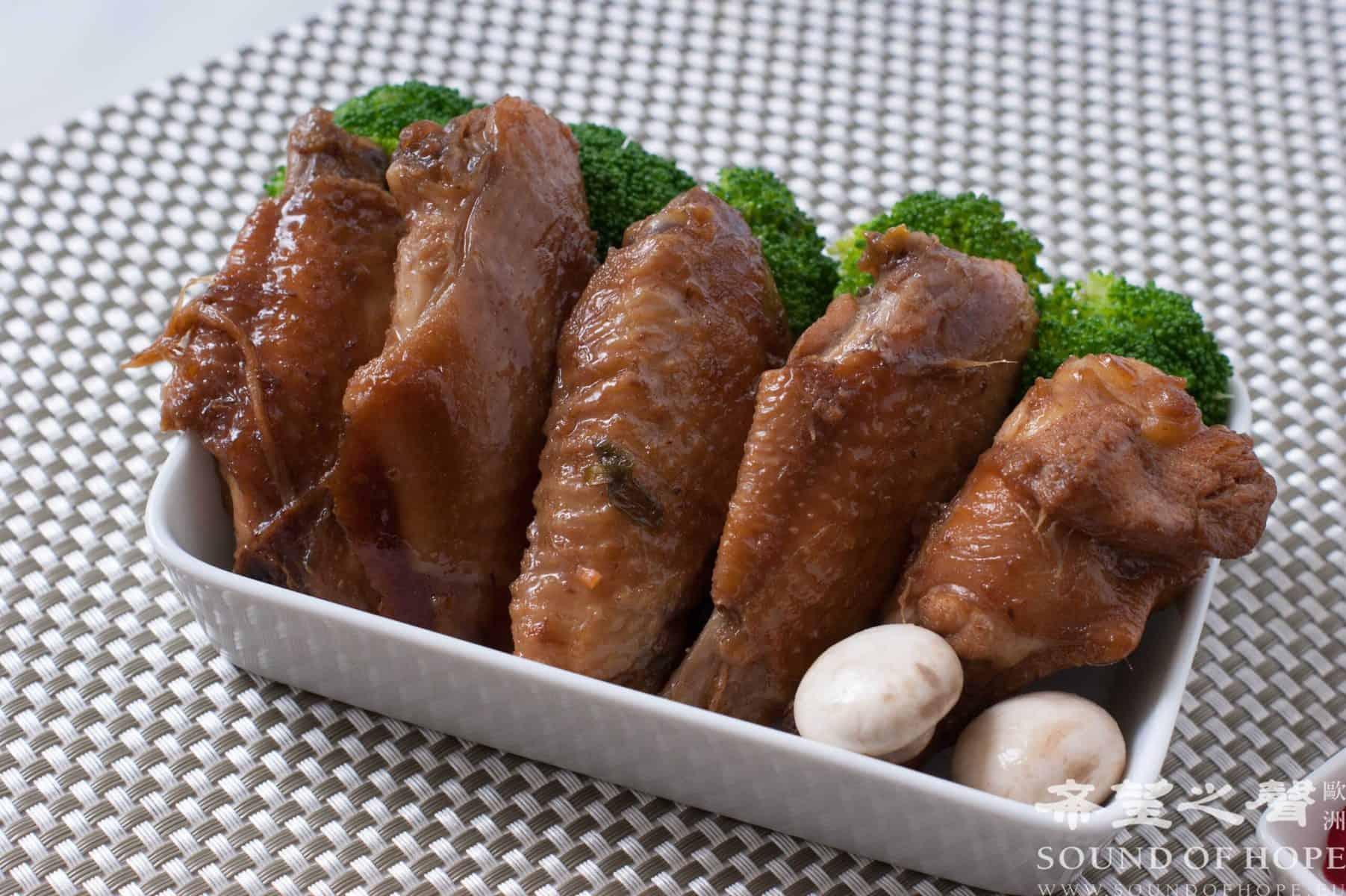 鸡腿便当真好吃。(图片来源:欧洲希望之声 麦克)