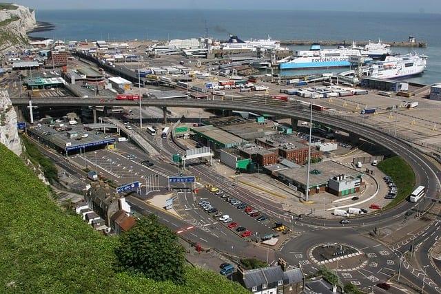 """法国从21日起对来自英国的旅客全数实施48小时的禁令已终止,英国主要运输枢纽多佛港(Port of Dover)也重新开放;英国公民或第三国公民,如果在法国或欧洲联盟境内有居所,且病毒检验呈现阴性,也可进入法国或过境法国。法国交通部次长杰巴里(Jean-Baptiste Djebbari )表示 """"飞机、船只和欧洲之星(Eurostar)列车从(23日)早上起开始恢复营运。"""""""