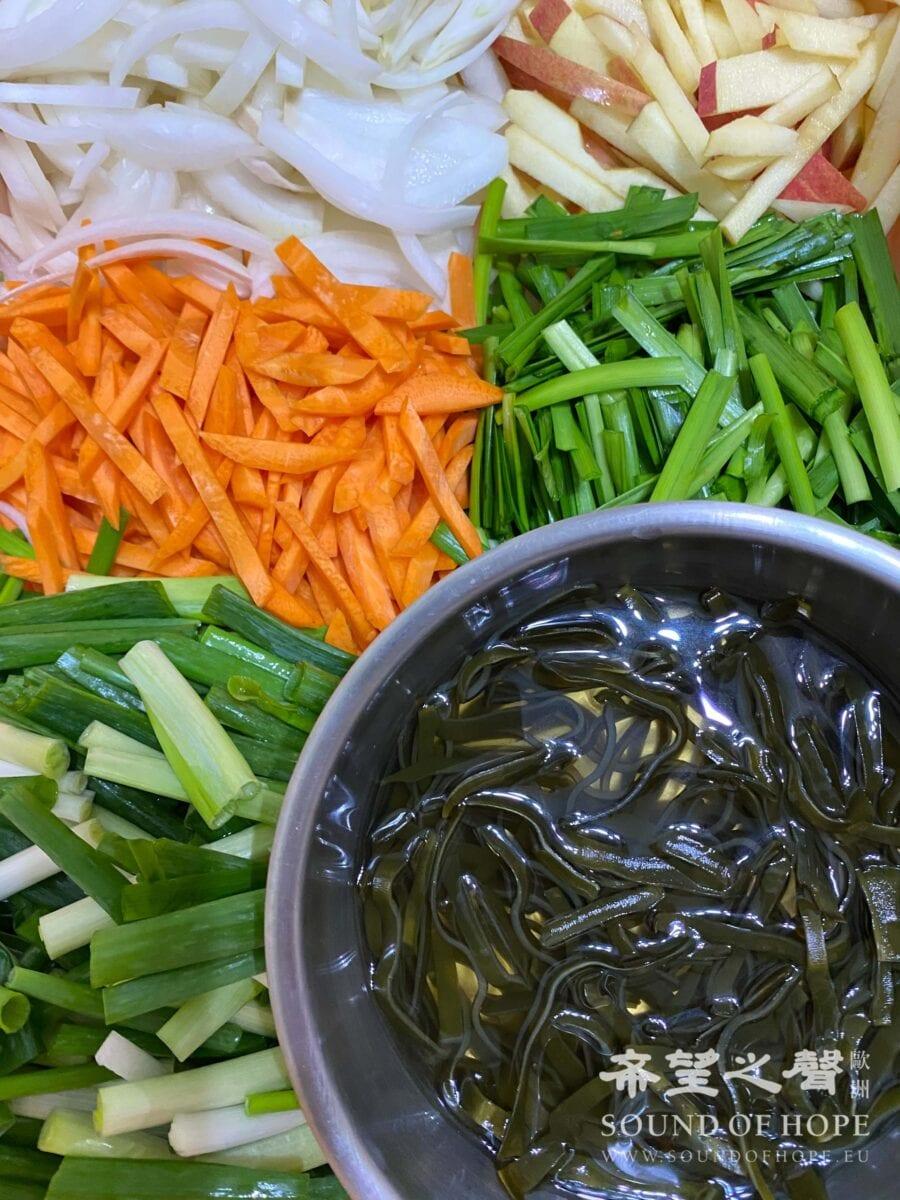 韭菜、葱、洋葱、红、白萝卜、苹果切成条状备用。(图片来源:欧洲希望之声 麦克)