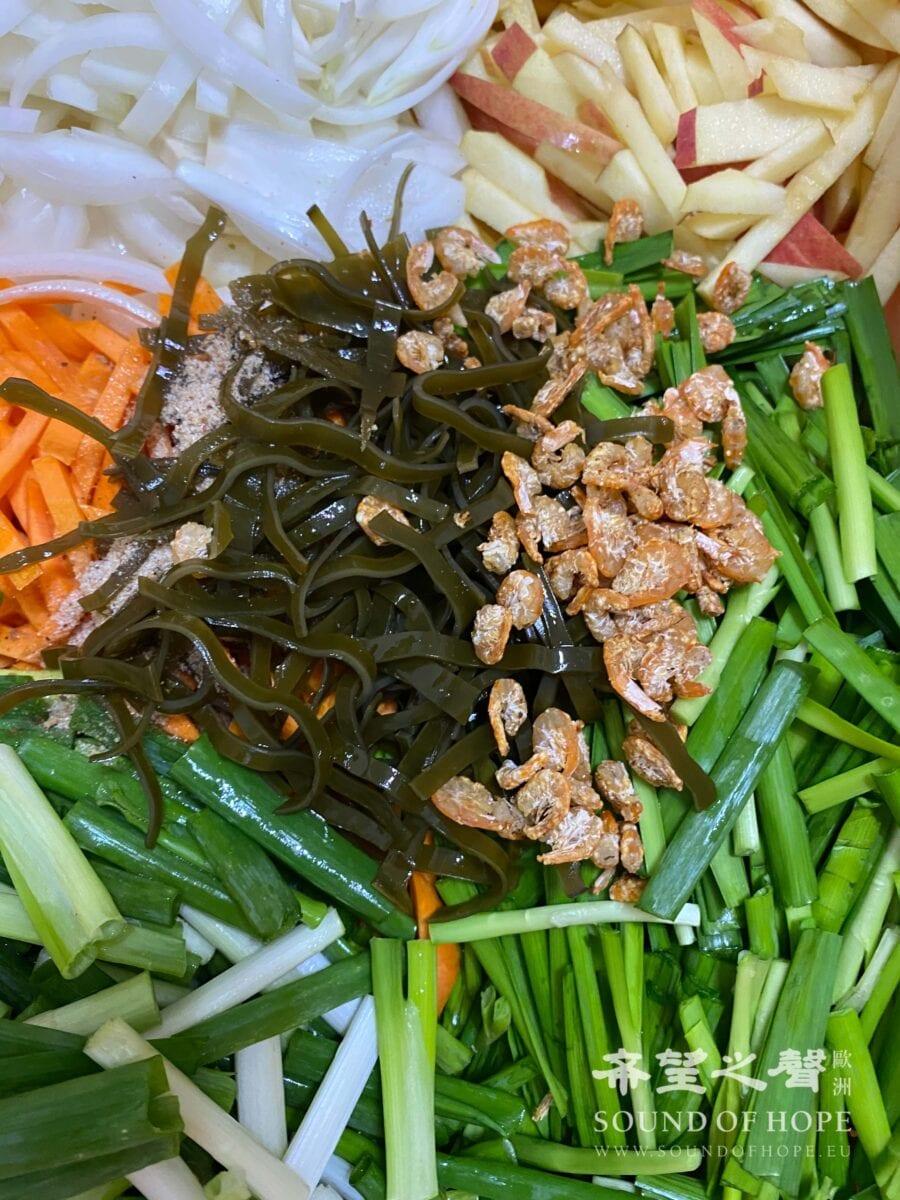 韩国泡菜加入烤香虾米、海带汤。(图片来源:欧洲希望之声 麦克)