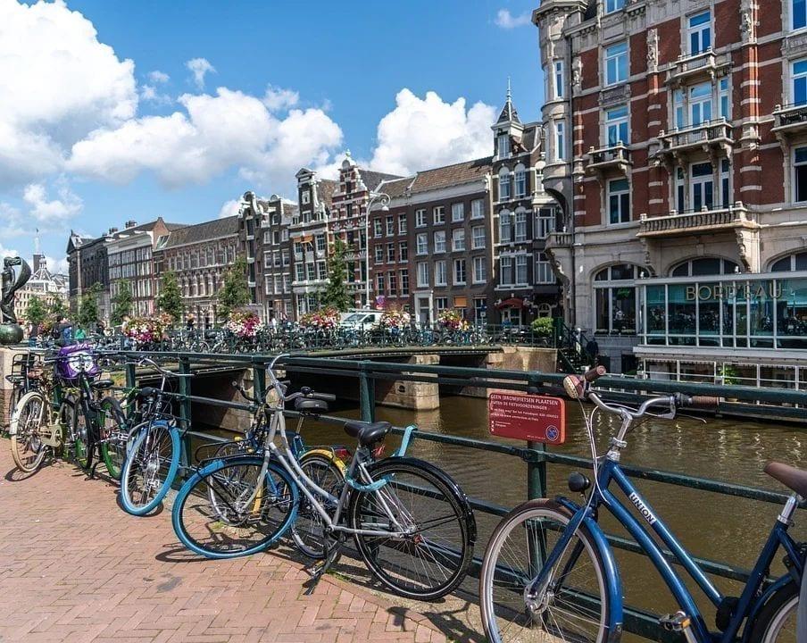 在荷兰,人均自行车拥有数量居世界之冠。图为阿姆斯特丹。(图片来源:pixabay)