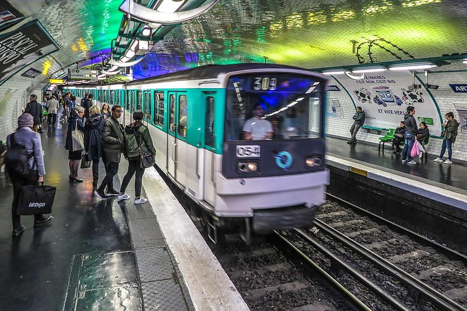 巴黎地铁站内等待地鐵到站的乘客们(图片来源:piqsels)