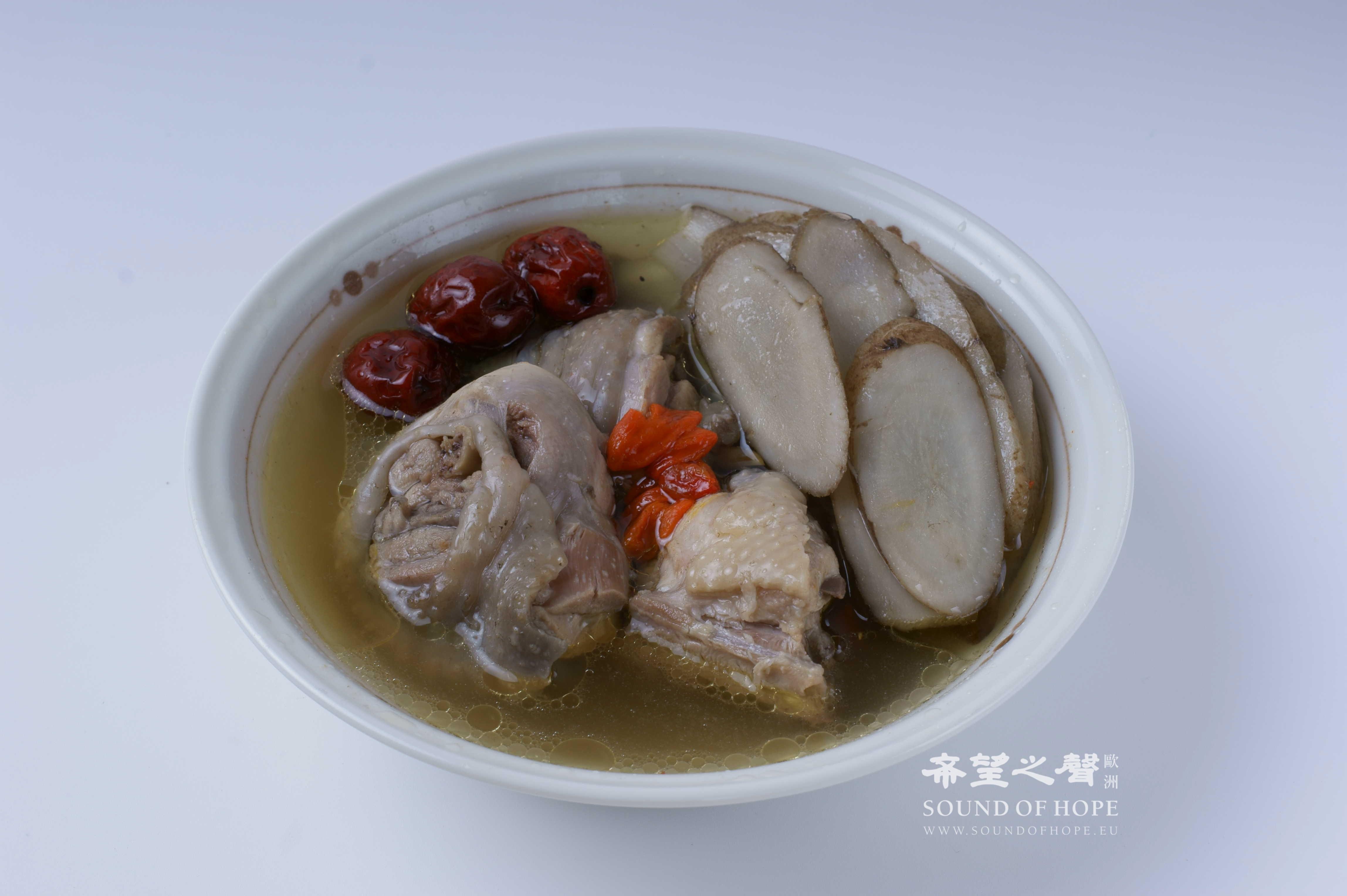 牛蒡鸡汤(图片来源:欧洲希望之声 麦克)